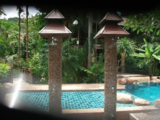 Somkiet Buri Resort: pool showers