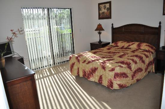 Caribe Cove Resort Orlando: 2nd bedroom with a queen bed, large closet and a tv. Has access to private screened porch.