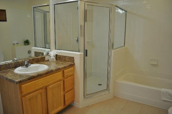 Caribe Cove Resort Orlando: View of the second bathroom. Very spacious walk in shower, separate tub,nice vanity.