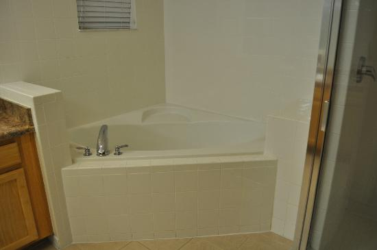 Caribe Cove Resort Orlando: soaking tub in master (no jets but very nice)