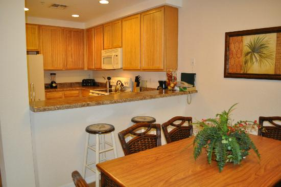 Caribe Cove Resort Orlando: view of kitchen/dining area from family room