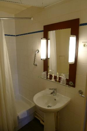 Timhotel Montmartre: Clean and brighten bathroom