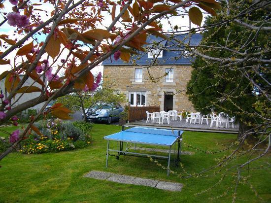 Crêperie du Launay : terrasse et ping pong