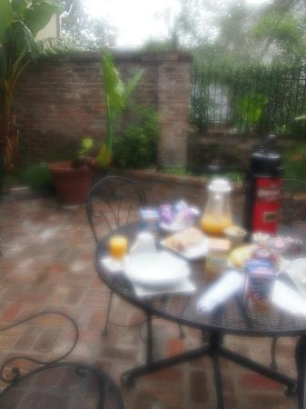‪أودوبون كوتيدجيس: Breakfast on the wrought iron tables in the cottage shared private courtyard garden‬