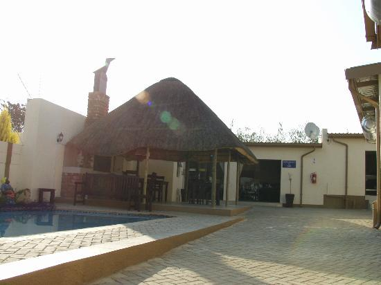 Winnie Guesthouse: Swimming pool area