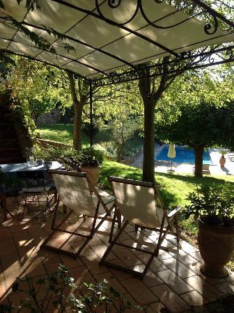 La Bruissanne : Marius is steps away from pool