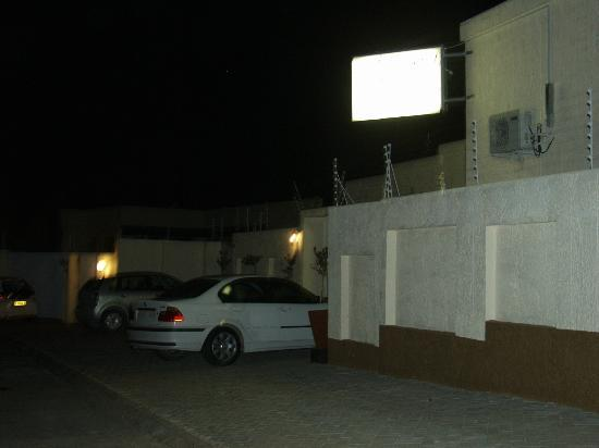 Winnie Guesthouse: Parking Area
