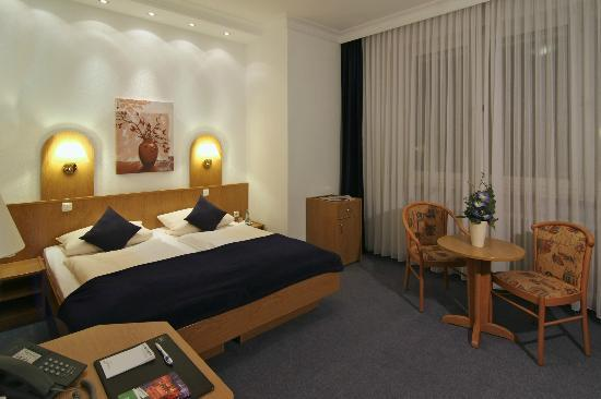 Hotel West an der Bockenheimer Warte: Doppelzimmer / double room