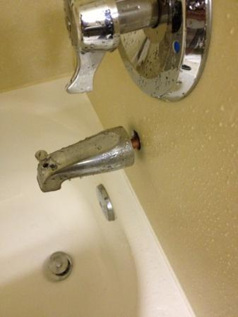 Quality Inn & Suites Durant: faucet not closed in