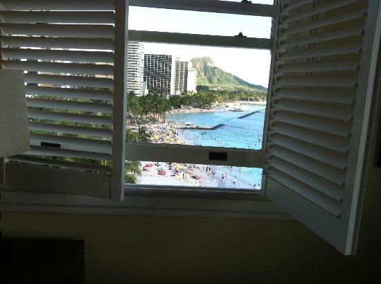 Moana Surfrider, A Westin Resort & Spa: The view from our new ocean corner room to Diamond Head
