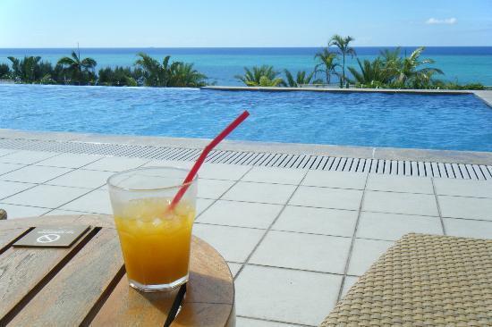 Kafuu Resort Fuchaku Condo Hotel: プールからの眺め