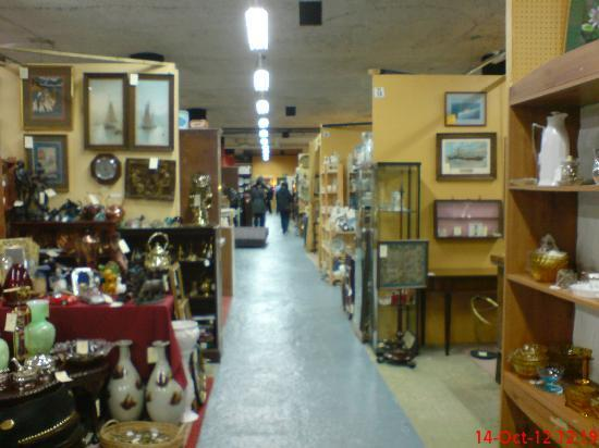 Brackley Antique Cellar: Some of the stalls