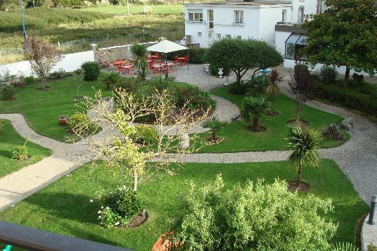 Hotel de la Pointe de Mousterlin : vue de l' ensemble jardin de notre chambre