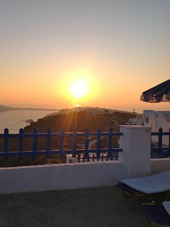 Hotel Atlantida Villas: Beautiful sunset from the Terrace 