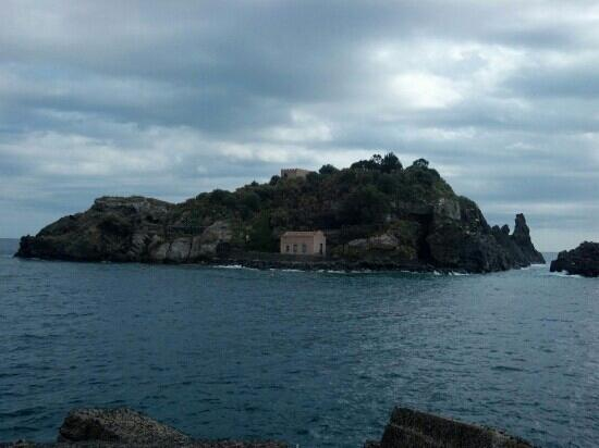 Acitrezza, Italie : Island from the point