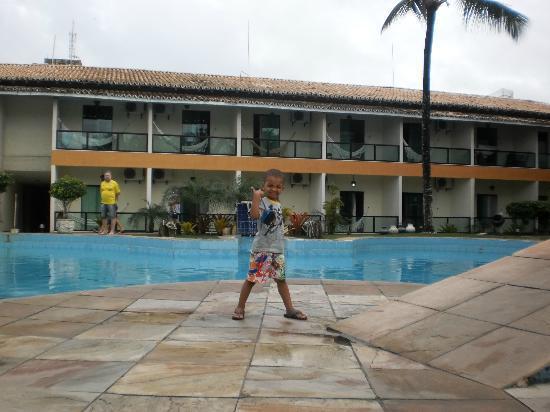 Hotel Beach Hills: fiquei hospedada no apartamento que está logo atrás do meu filho na foto