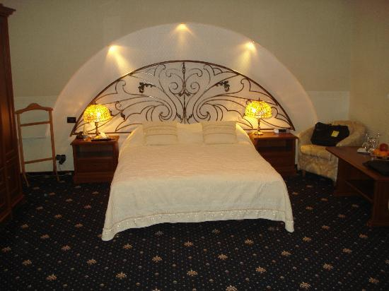 Impressa: king size bed with special rought iron headboard and concealed lighting