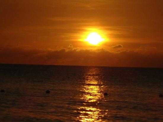 Negril Tree House Resort : view of sunset from beach.