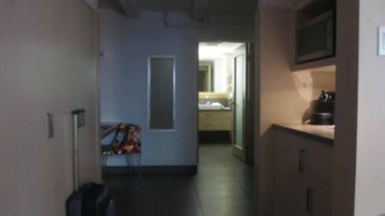 هوتل لو برايوري: Kitchenette and bathroom 