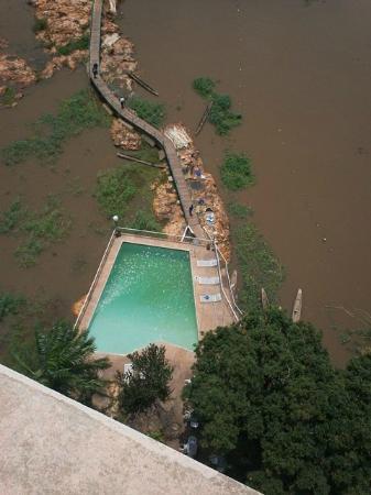 Hotel Oubangui: The pool area at Bangui Hotel