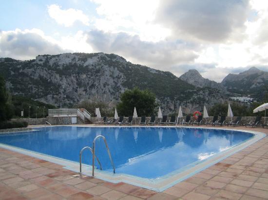 Hotel Fuerte Grazalema: Vista a ras de la piscina