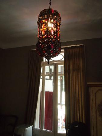 Casa de Billy Barcelona: elegant lamp in our suite
