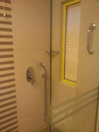 Novus City Hotel: bathroom