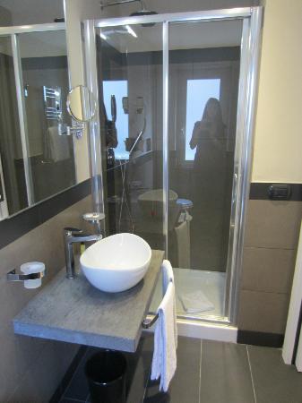 Il bagno ristrutturato - Foto di Caravel Hotel, Roma - TripAdvisor