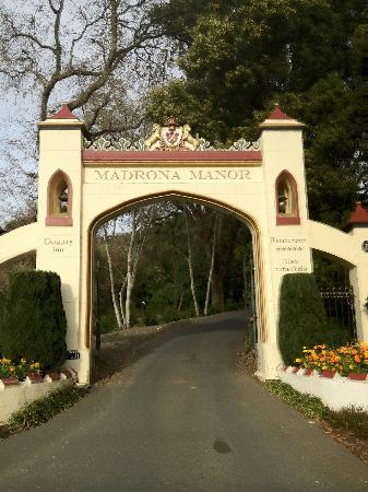 Madrona Manor Wine Country Inn and Restaurant: Front gate