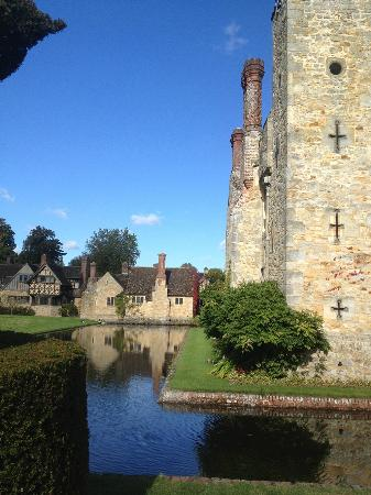 Hever Castle Bed and Breakfast: The view from Hever Castle to the Astor Wing
