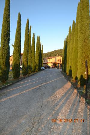 Hotel Casolare le Terre Rosse: Hotel view from the gate
