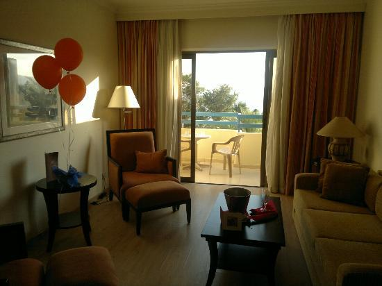 Elias Beach Hotel: Our suite, including balloons and card