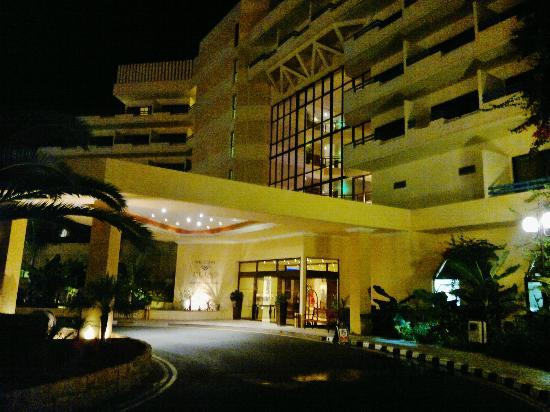 Elias Beach Hotel: The Entrance to the hotel at night