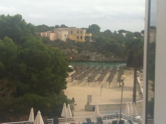 Aparthotel Ferrera Blanca: view of the beach from dinning room
