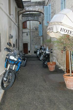 Hotel Palazzo Brunamonti : The rear entrance where we parked the bikes...