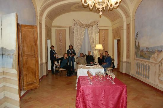 Hotel Palazzo Brunamonti: The lovely aperitif in the dining room.