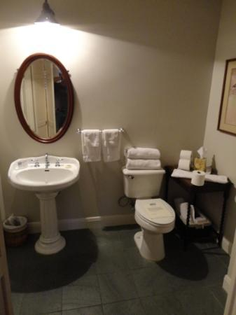 ‪‪Adams House Bed and Breakfast‬: spacious bathroom