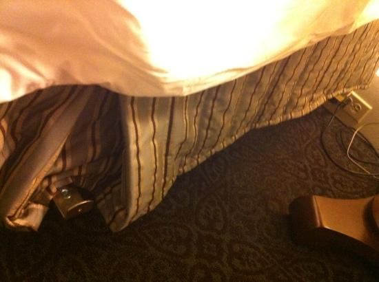 The Roosevelt New Orleans, A Waldorf Astoria Hotel: bizarre metal strut sticking four inches beyond side of king size bed