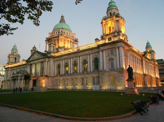Belfast City Sightseeing: Belfast City Hall at dusk