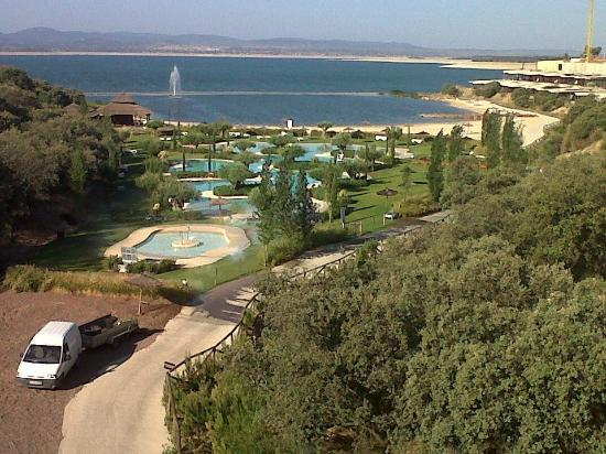 Vincci Valdecañas Golf Hotel: View of swimming pool and lake's private beach