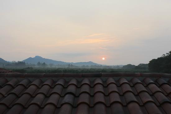 Le Mas d'Emilie : Lever du soleil vue de la salle de bain de la chambre du sud