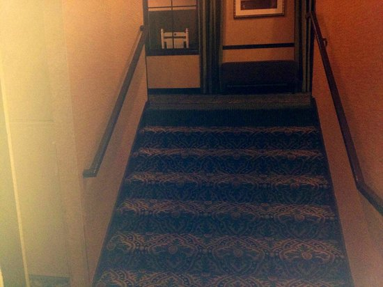 Clarion Inn Historic Leesburg: Steps from Lobby to First (Main Floor)