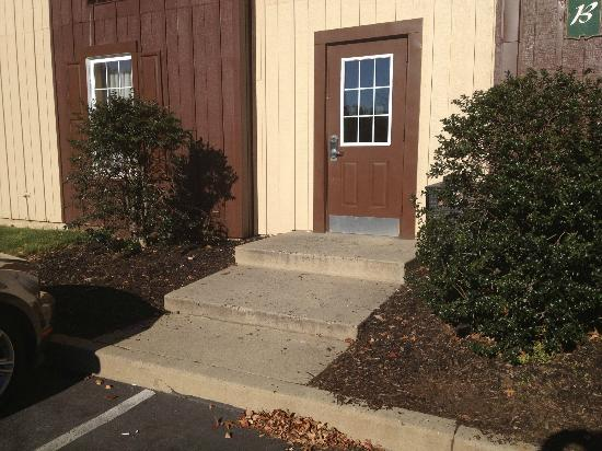 Clarion Inn Historic Leesburg: Steps from Parking Lot to First Floor