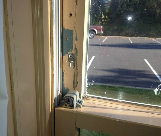Clarion Inn Historic Leesburg: Cracked paint, Old Un-Safe Locks
