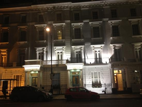 Luna & Simone Hotel: Pretty at night, and still lovely looking in the morning