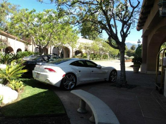 The Langham Huntington, Pasadena, Los Angeles: Very nice vehicles parked at the front of the hotel.