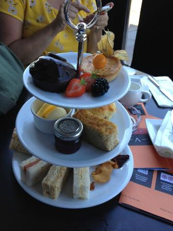 Vincent: afternoon tea for one !