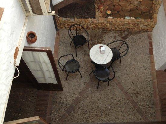 La Posada Rural: El Patio del bar al que daba nuestra habitacion
