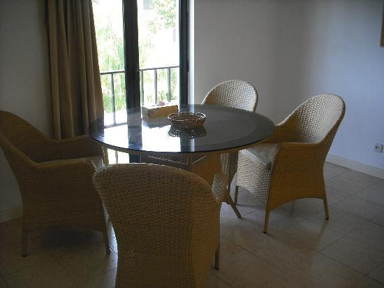 Algardia Apartments: lounge with opening french doors to street view