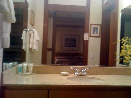 Kiahuna Plantation Resort: Bathroom with sliding door
